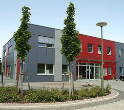Ein Neubau mit grau-roter Fassade