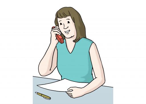 Illustriert: Eine lächelnde Frau am Telefon am Tisch mit Zettel und Stift