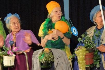 Verkleidete ältere Damen beim Theaterspielen