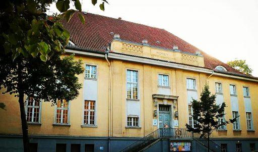 Ein altes, villenartiges Gebäude mit gelbem Anstrich.