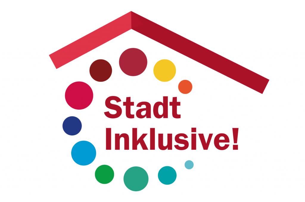 """Logo von """"Stadt Inklusive!"""": Unter einem roten Dach in roter Schrift """"Stadt Inklusive!"""". Die Schrift wird umrahmt von einem Kreis aus bunten, unterschiedlich großen Punkten."""